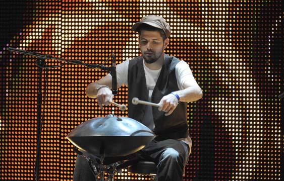 """Portico Quartet taldearen ezaugarri nagusia, """"hang drum"""" perkusio tresna"""