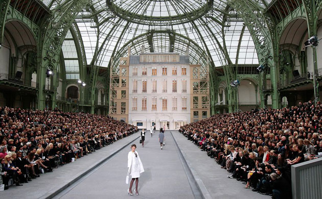 Karl lagerfeld 39 s chanel show at paris fashion week for Expo design paris