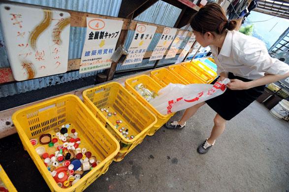 Kamikatsu un village sans déchets GD8201614@A-resident-divides-up-7395