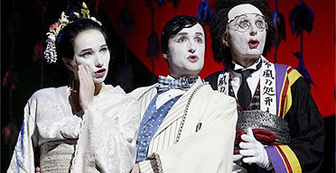 Jacqueline Varsey, Joseph Shovelton and Jasper Carrott in The Mikado, Coliseum, London, 2002