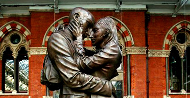 The Meeting Place by Paul Day, a statue of lovers in St Pancras station
