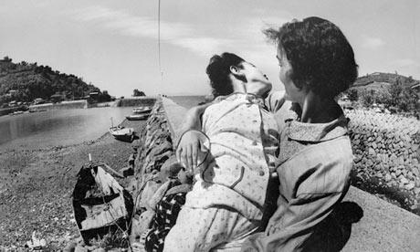 A 12 años de edad, víctima de la enfermedad de Minamata, con su madre, 1971