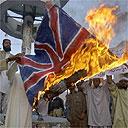 Manifestantes contra la caballería de Salman Rushdie en Quetta.