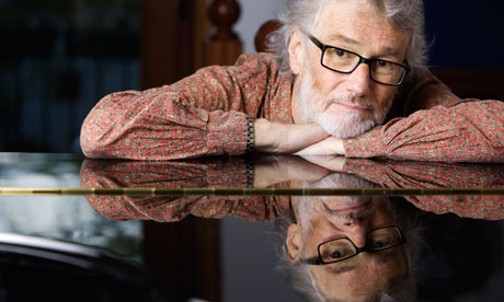 Iain Banks leaning on a grand piano