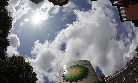 Un logotipo de BP es visto en una gasolinera en el centro de Londres