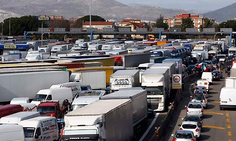 A truckers' protest causes jams near Naples