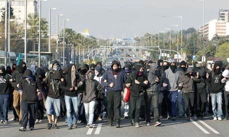 Some two hundred university students block the Diagonal Avenue in Barcelona.