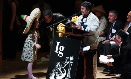 Den bedårande Miss Sweetie Poo påminner 2009 års Ig Nobelpristagare Miguel Apátiga (i mörk jacka) och Javier Morales om att deras tid har gått ut.