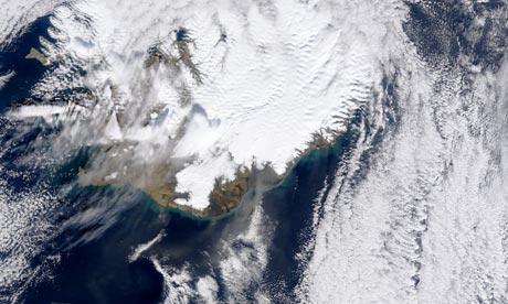 火山的噴發也會改變氣候,圖為2010年4月NASA拍攝冰島的艾雅法拉冰河火山(Eyjafjallajokull)噴發的情況。圖片來自:NASA。