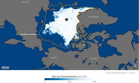 資料由高級微波掃描輻射計觀察蒐集而得,其顯示出冰海的融化程度。黃色的輪廓線顯示1979到2000年間最小的冰層範圍。圖片來自:美國太空總署(NASA)的Aqua衛星。