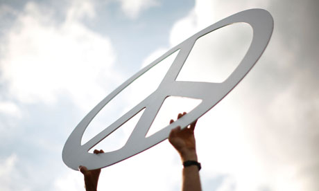 Leo blog : A pro-peace activist holds up a peace symbol during a demonstration