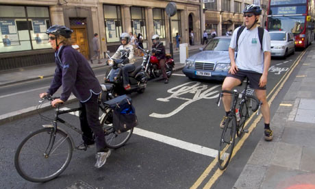 Bike blog : Cyclists stop in ASZ at a red light on Moorgate in London