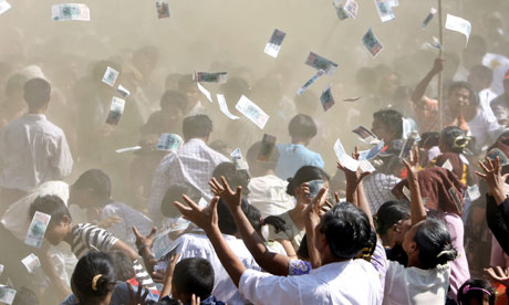 MDG : Myanmar : people try to catch the money thrown by wellwishers