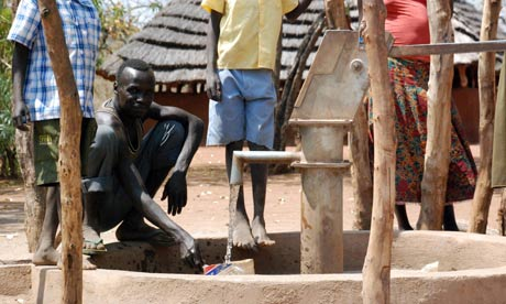 MDG : South Sudan development : Sudanese villagers pump drinking water