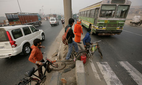 MDG : Road Safety in India : Pedestrians crossing the National Highway