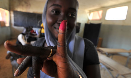 Mdg : Senegal : Women in parliament : A woman displays her inked finger after voting