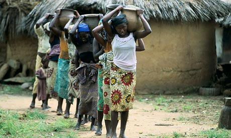 MDG : Water scarity in Africa : Nigeria : Young women and girls carry