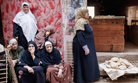 MDG : Egypt : Women buy bread from the window of a bakery in Cairo