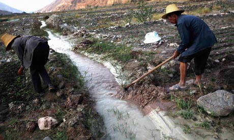 Water pollution in China : Farmers dig ditches to lead water