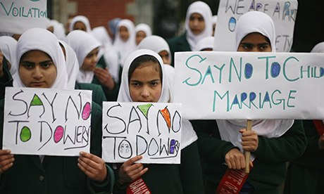MDG : Kashmiri Muslim girl students stage a women's rights rally in Srinagar, India
