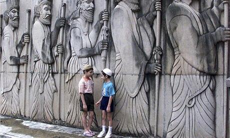 Deux enfants Parsi chatter en dehors d'un temple Zorastrian à Mumbai