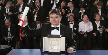 Romanian director Cristian Mungiu poses 27 May 2007 with his Palme d'Or for Best Film