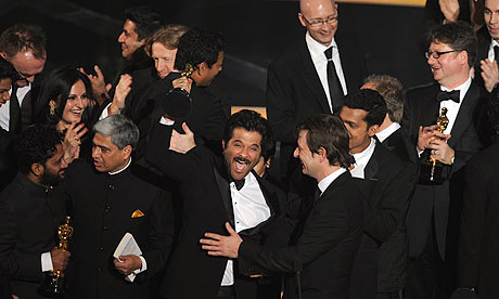 Cast and crew of Slumdog Millionaire with the Oscar for best film