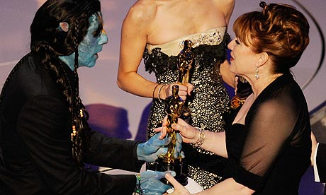 Ben Stiller in Avatar costume presents the Oscar for makeup to Star Trek's Mindy Hall