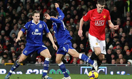 Michael Carrick runs with the ball against Everton