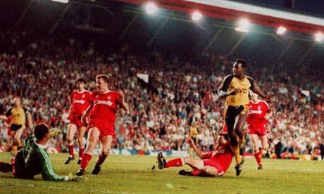 Michael Thomas scores Arsenal's title-winning goal.