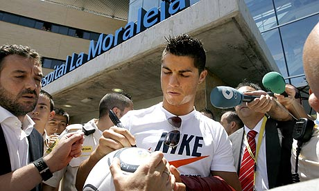 Real Madrids Cristiano Ronaldo passes medical amid chaotic scenes (video)