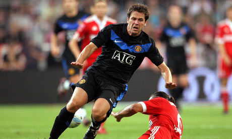 Michael Owen is tackled by Martin Demichelis of Bayern Munich