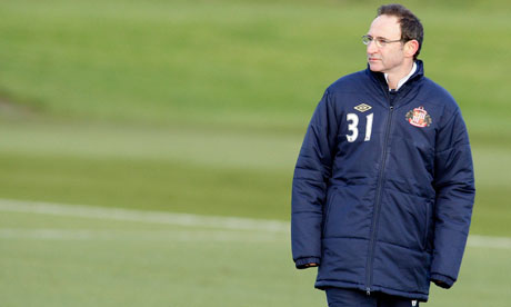 Martin O'Neill watches his Sunderland side train
