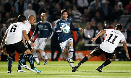 Lionel Messi crosses to Gonzalo Higuain