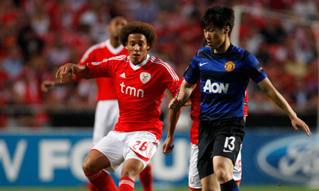Benfica's Axel Witsel closes down Manchester United's Park Ji-Sung