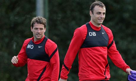 Dimitar Berbatov, right, trains alongside his Manchester United team-mate Michael Owen