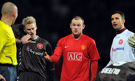 Wayne Rooney and Aalborg players