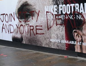 Tema 18, día 20 de octubre: qué opinas de......la posible marcha de Rooney al city? Anti-Wayne-Rooney-Graffit-001