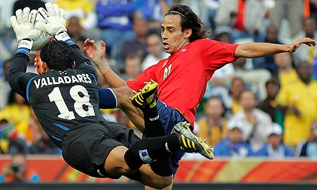Honduras goalkeeper Noel Valladares and Chile's Jorge Valdivia fight for the ball