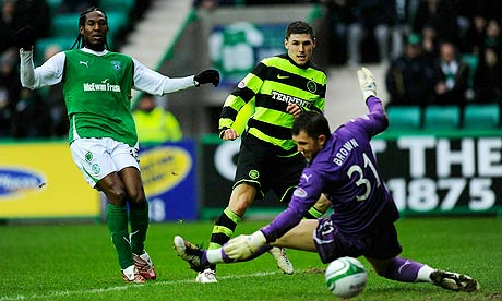 Celtic's Gary Hooper puts his team 1-0 up in the SPL game against Hibernian at Easter Road