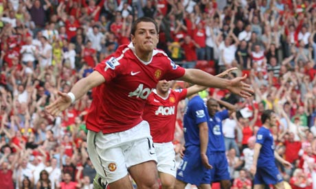Manchester United's Javier Hern&aacute;ndez celebrates scoring against Everton in their Premier League match.