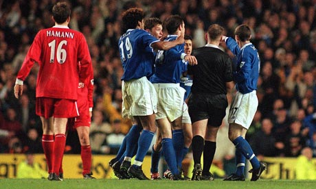 Everton players surround Graham Poll