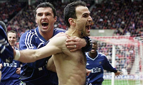 Nikos Dabizas of Newcastle United is congratulated by Gary Speed after scoring