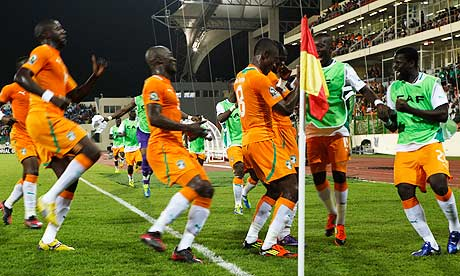 Ivory Coast players congratulate Salomon Kalou after he scored against Burkina Faso