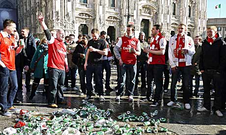 Arsenal fans in front of Milan's Duomo