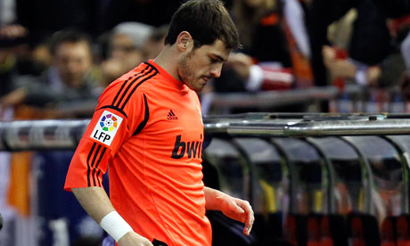 Iker Casillas leaves the field with a hand injury, Real Madrid v Valencia