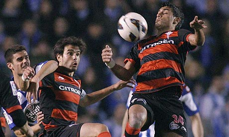 Celta Vigo s Argentinean Augusto Fernandez (R) controls the ball