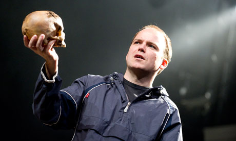 http://static.guim.co.uk/sys-images/Guardian/About/General/2010/10/11/1286791693109/hamlet-rory-kinnear-006.jpg