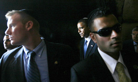 Barack Obama surrounded by bodyguards in 2008