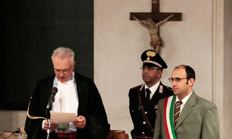 Judge Claudio Pratillo Hellmann (l) reads the verdict at the appeal trial of Amanda Knox, in Perugia